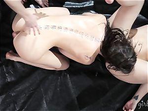 Kendra James gets her damsels all over Riley Reid
