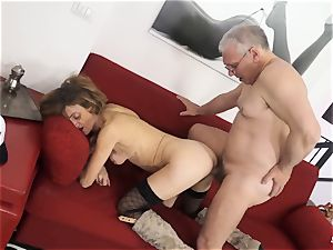 SCAMBISTI MATURI - Deep anal invasion with mature Italian gal