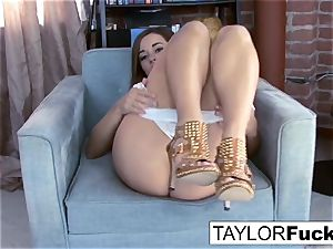 Taylor Vixen displays Off those awesome bosoms
